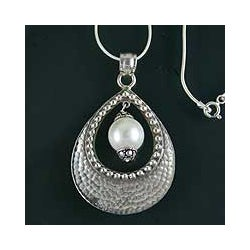 Sterling Silver 'Halo' Pearl Necklace (9 mm) (India)