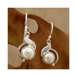 Sterling Silver 'India Rapture' Pearl Earrings (8 mm)(India)