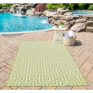 Indoor/Outdoor Green Retro Rug (7'10 x 10'10)