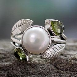 Sterling Silver 'Mumbai Romance' Pearl Peridot Ring (9.5 mm) (India)