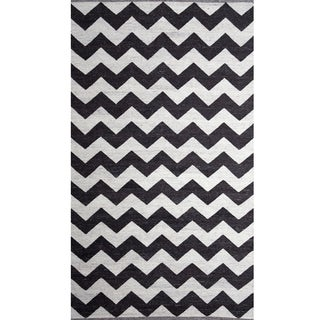 Handwoven Chevron Black and White Wool Rug (India)