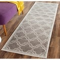 Safavieh Indoor/ Outdoor Amherst Grey/ Light Grey Rug (2'3 x 13')