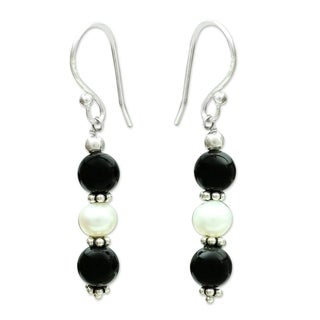 Sterling Silver 'Midnight Dreams' Onyx Pearl Earrings (5 mm) (India)