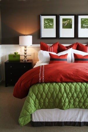 Feng shui bedroom with earthy red and green colors